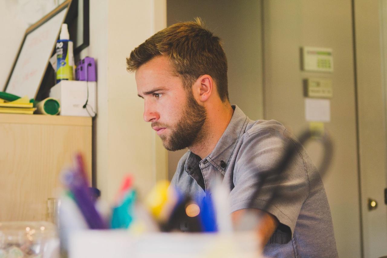 Hipster konzentriet lernen